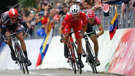 L'azione di Nizzolo in maglia rossa che gli � costata la squalifica nella volata di Torino. Afp