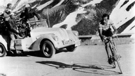 Fausto Coppi nel 1953 scatta a 11 km dalla vetta dello Stelvio