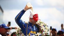 Il tradizionale festeggiamento con il latte per il vincitore della 500 Miglia di Indianapolis, Alexander Rossi. Afp
