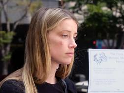 Amber Heard all'uscita dal tribunale di Los Angeles. Reuters