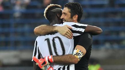 Gianluigi Buffon, 38 anni, abbraccia Paul Pogba, 23. LaPresse