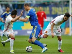 Edin Dzeko in campo con la Bosnia contro la Spagna: � uscito per infortunio. Epa