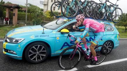 Vincenzo Nibali, 31 anni, in maglia rosa