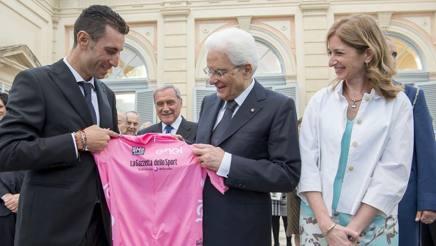 Vincenzo Nibali con Sergio Mattarella al ricevimento nei giardini del Quirinale. LaPresse