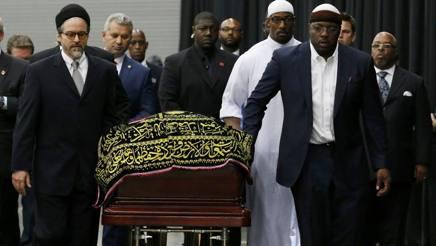 Il feretro di Muhammad Ali durante le esequie musulmane . Reuters