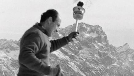 Zeno Col� con la fiamma olimpica a Cortina nel 1956. Ansa