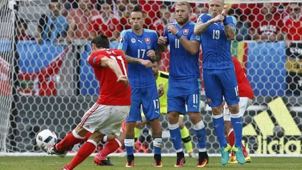 La punizione di Bale che porta in vantaggio il Galles. Reuters