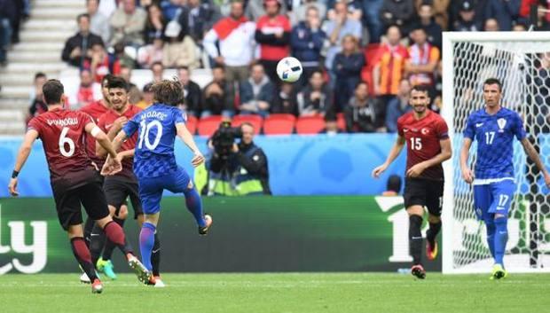 Il capolavoro firmato Luca Modric al 41' che sblocca l'equilibrio e decide l'incontro. Epa