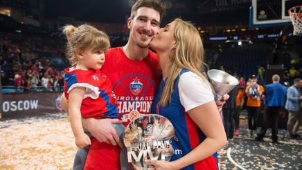 Nando De Colo con moglie e figlia mostra il trofeo di Mvp dell'Eurolega. Getty Images