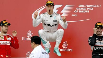 Nico Rosberg salta sul podio davanti a Vettel. Epa