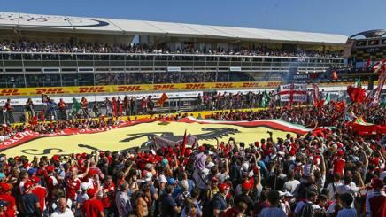 Tifosi della Ferrari nelle  tribune dell'autodromo di Monza . Reuters