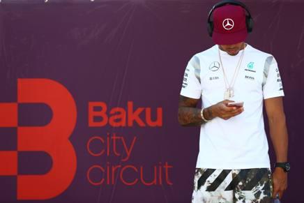 Una immagine emblematica di Lewis Hamilton, 30 anni, tre volte campione del mondo (2008-14-15) solo quinto a Baku LAPRESSE