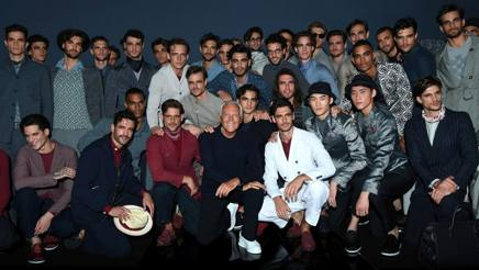 Giorgio Armani con i suoi modelli alla fine della sfilata