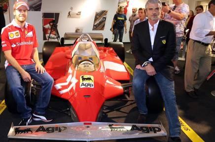 Sebastian Vettel, 28 anni, e Maurizio Arrivabene, 59, posano sulla Ferrari 126 CK del 1981 con cui Gilles Villeneuve vinse il GP di Monaco ANSA
