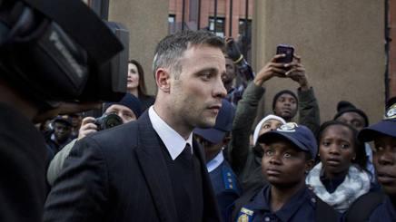 Oscar Pistorius, 29 anni, durante una pausa del processo che lo vede imputato per l'omicidio di Reeva Steenkamp GETTY IMAGES