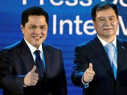 Il presidente dell'Inter Erick Thohir con Zhang Jindong  di Suning. Reuters