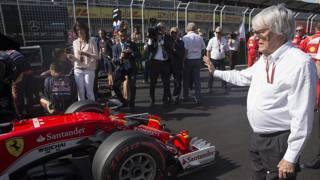 Bernie Ecclestone, 85 anni, patron della Fom davanti alla Ferrari di Sebastian Vettel prima della partenza del GP Europa a Baku EPA