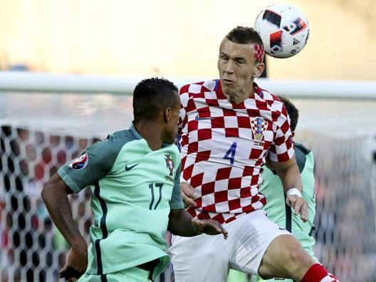 Ivan Perisic colpisce di testa contrastato da Nani EPA