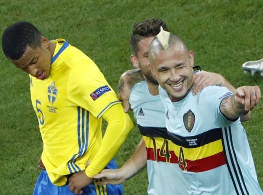 Radja Nainggolan festeggiato dopo il gol segnato in Svezia-Belgio. Reuters