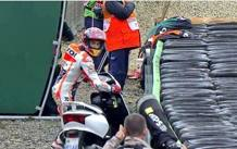 Marc Marquez salta in sella allo scooter di Tino Martino dopo la scivolata nelle qualifiche MILAGRO