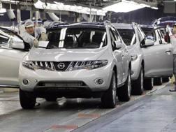 Operai della Nissan  al lavoro nella catena di montaggio. AFP