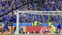 Il gol di Traustason contro l'Austria che ha promosso l'Islanda agli ottavi di finale. Afp