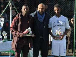 Il romanista Bamba e l'atalantino Traoré, premiati da Fabio Liverani: si sfideranno nella finale scudetto Giovanissimi. Foto Oddi