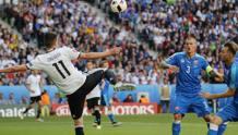 Il gol del 3-0 di Draxler, migliore in campo. Reuters