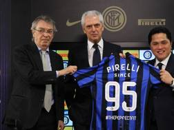 Marco Tronchetti Provera tra Massimo Moratti e Erick Thohir. Getty Images