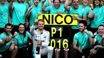 Nico Rosberg festeggia con la squadra la vittoria a Baku. Getty