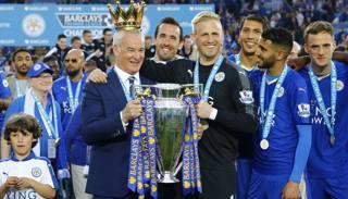 Claudio Ranieri festeggia con i suoi giocatori il titolo in Premier del Leicester. Reuters