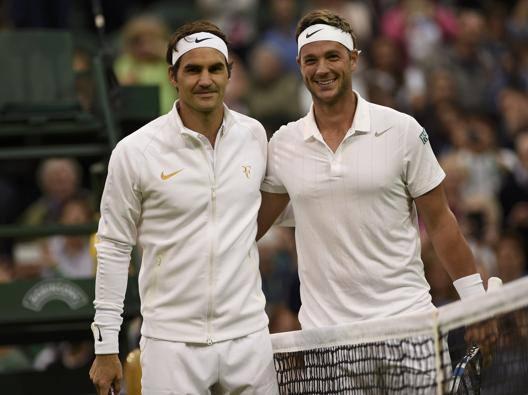 Marcus Willis in brodo di giuggiole accanto a Roger Federer. Reuters