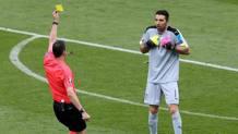 L'arbitro Kassai ha ammonito Buffon in Italia-Svezia (1-0) del 17 giugno. Ansa
