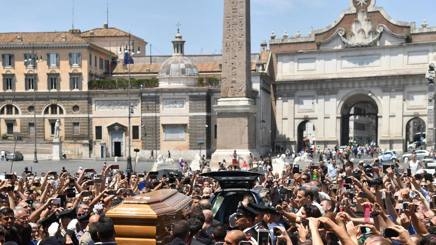 La folla saluta il feretro di Bud Spencer all'ingresso in chiesa. Afp