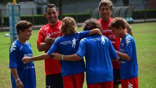 Diego Dominguez, a destra, con i bambini del suo camp