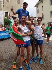 Gli azzurri portano in trionfo l'allenatore Paolo Germanetto. Newspower.it