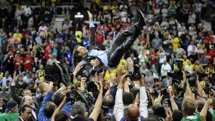 Dimitris Itoudis, in trionfo dopo la vittoria del Cska Mosca. Getty Images
