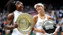 Serena Williams e Angelique Kerber in premiazione. Getty