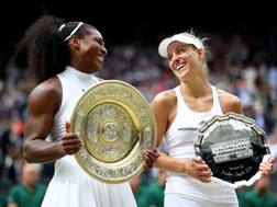 Serena Williams e Angelique Kerber in premiazione. Getty