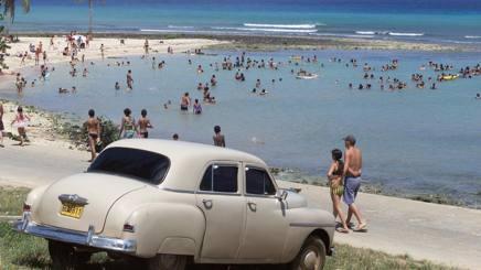 Una vecchia auto sulla spiaggia cubana di Baracoa. AP