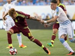Adalberto Penaranda marcato dall'uruguayano Gimenez durante la Coppa America del centenario. Reuters