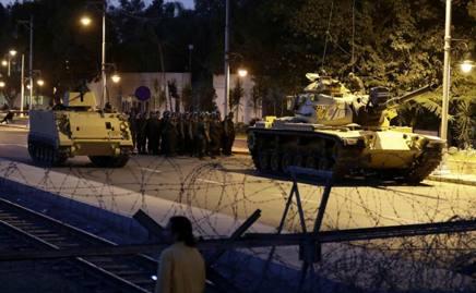 I blindati dell'esercito chiudono i due ponti sul Bosforo. Ansa