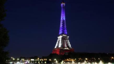 La Torre Eiffel illuminata col tricolore per ricordare la strage di Nizza. Ap