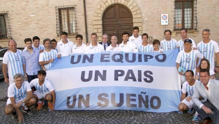 La squadra argentina con alcuni tifosi a  Pesaro. IPP