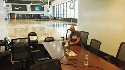 Maurizio Buscaglia nella sala riunioni dell'HSS Training Center di Brooklyn