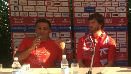 Coach Cioppi col nuovo acquisto Simas Jasaitis durante la conferenza stampa di presentazione