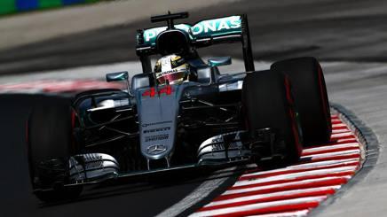 Lewis Hamilton, 31 anni, sulla sua monoposto Mercedes durante la prima sessione di Libere al GP d'Ungheria. Getty