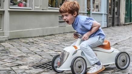 Un bambino con la mini Peugeot 402 coup� Darl'mat