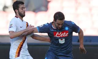 Pjanic contro Higuain durante l'ultimo Roma-Napoli. Ansa