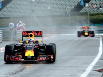 Daniel Ricciardo davanti a Max Verstappen: i due della Red Bull hanno rischiato di vedersi retrocedere nello schieramento  COLOMBO